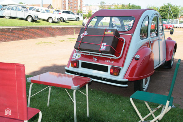 Table de picnic et CiTROËN 2cv