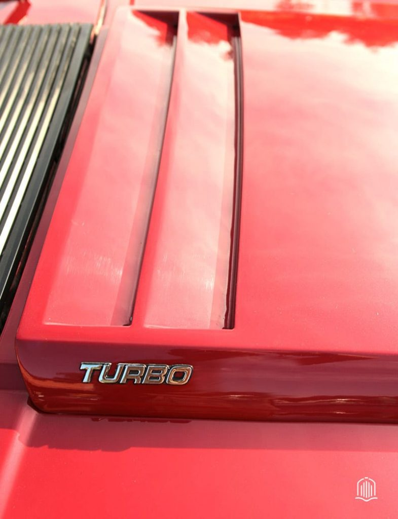 Badge Turbo sur FORD mustang rouge